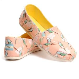 TOMS Classic Coral Kissy Birds Parrot Shoes NWT